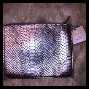❤️4/$20 Honest beauty snakeskin silver makeup bag
